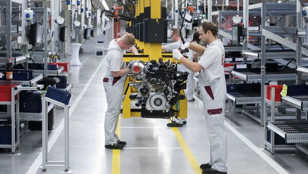 Workers complete the new four-cylinder diesel engine OM 654 during the official start of production in the MDC Power GmbH, a company of the German Daimler AG, in Koelleda, central Germany - Sputnik Mundo