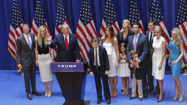 El presidente electo de EEUU, Donald Trump, con su familia - Sputnik Mundo