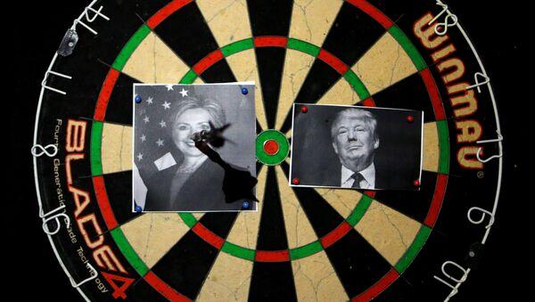 Un tablero de dardos con los retratos de Hillary Clinton y Donald Trump - Sputnik Mundo
