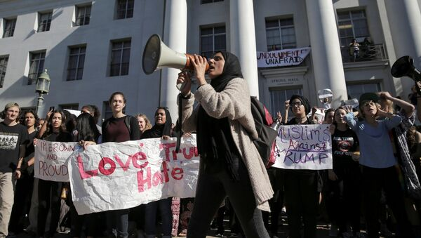 Estudiantes en California protestan por la elección de Trump - Sputnik Mundo