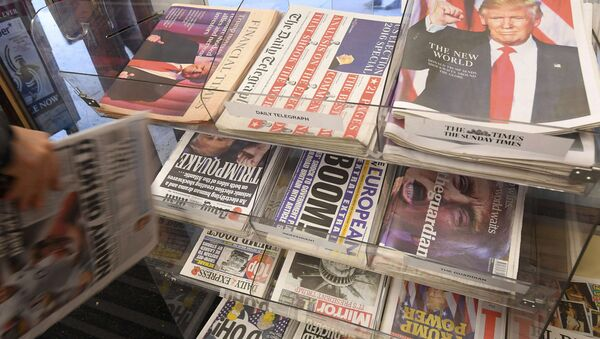 British newspapers are seen with their reaction to the story of U.S. President-elect Donald Trump at a corner shop in London, Britai - Sputnik Mundo