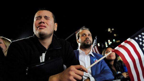 Un hombre llora mientras se encuentra en la muchedumbre que apoya a Hillary Clinton - Sputnik Mundo
