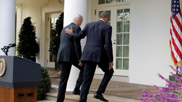 Barack Obama camina con el vicepresidente estadounidense Joe Biden después de hablar sobre la elección de Donald Trump en EEUU - Sputnik Mundo