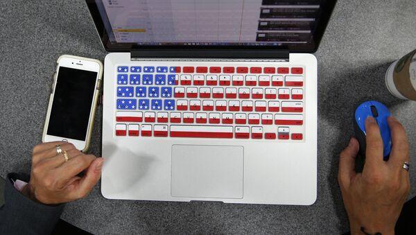 Ordenador con el teclado que muestra la bandera de EEUU - Sputnik Mundo