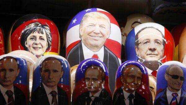 Matrioshkas de Ángela Mérkel, canciller de Alemania, Donald Trump, presidente de EEUU,  François Hollande, presidente de Francia, y varias matrioshkas de Vladímir Putin, presidente de Rusia - Sputnik Mundo