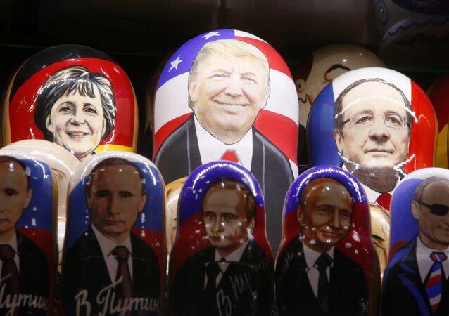 Matrioshkas de Ángela Mérkel, canciller de Alemania, Donald Trump, presidente de EEUU,  François Hollande, presidente de Francia, y varias matrioshkas de Vladímir Putin, presidente de Rusia