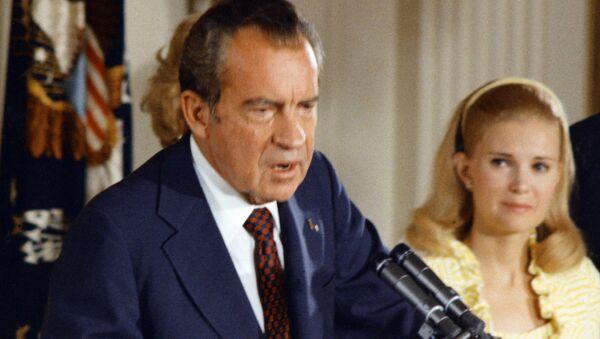 Richard Nixon, expresidente de EEUU, y su esposa, Pat Nixon, en 1974 (archivo) - Sputnik Mundo