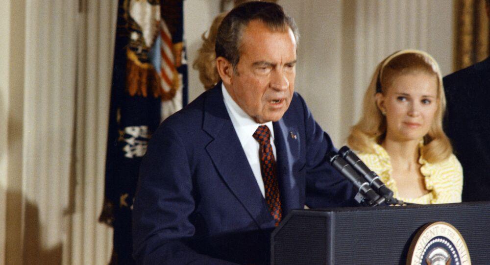 Richard Nixon, expresidente de EEUU, y su esposa, Pat Nixon, en 1974 (archivo)
