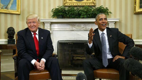 El presidente de EEUU, Donald Trump, junto al expresidente estadounidense Barack Obama (archivo) - Sputnik Mundo