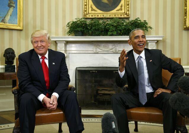El presidente de EEUU, Donald Trump, junto al expresidente estadounidense Barack Obama (archivo)