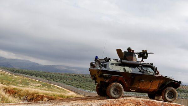 Un militar turco en un vehículo blindado cerca de la frontera con Siria - Sputnik Mundo