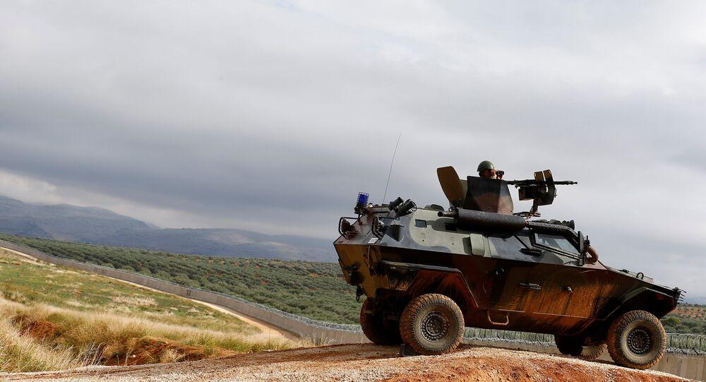 Un militar turco en un vehículo blindado cerca de la frontera con Siria