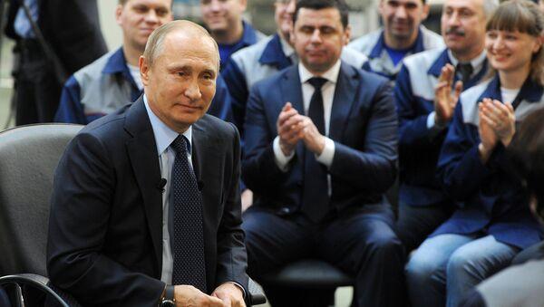 Presidente ruso Vladímir Putin  durante una reunión con el personal de la planta Avtodizel de Yaroslavl - Sputnik Mundo