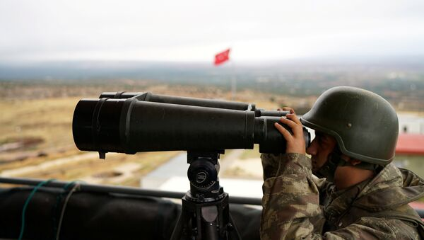 A Turkish soldier watches the border line between Turkey and Syria near the southeastern village of Besarslan, in Hatay province - Sputnik Mundo