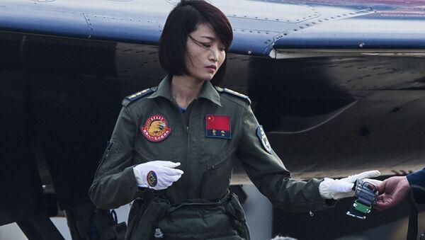 La primera mujer en pilotar un caza J-10 se estrella en China - Sputnik Mundo