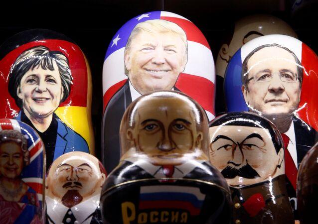 Muñecas pintadas de Matryoshka con caras de líderes mundiales