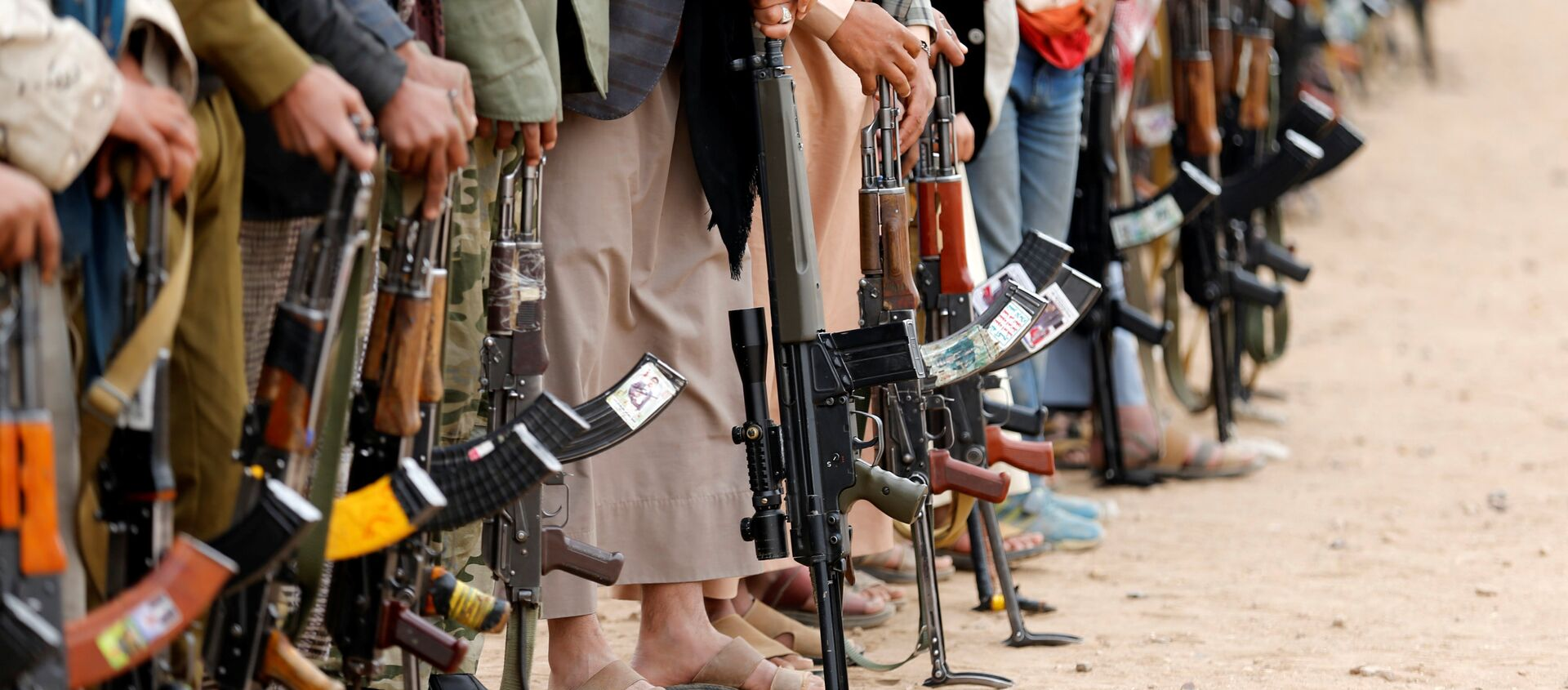 Tribesmen hold their weapons as they attend a tribal gathering to show support to the Houthi movement in Sanaa, Yemen - Sputnik Mundo, 1920, 14.12.2016