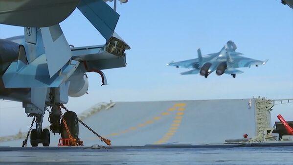 Истребитель Су-33 производит посадку на палубу тяжелого авианесущего крейсера Адмирал Флота Советского Союза Кузнецов у берегов Сири - Sputnik Mundo