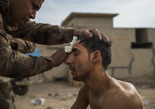 Un soldado del Ejército de Irak recibiendo asistencia médica