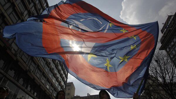 Una bandera contra la coperación de la OTAN y la UE - Sputnik Mundo