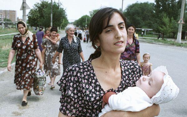 Las mujeres se evacúan de la ciudad tras el anuncio del asalto de Grozni - Sputnik Mundo