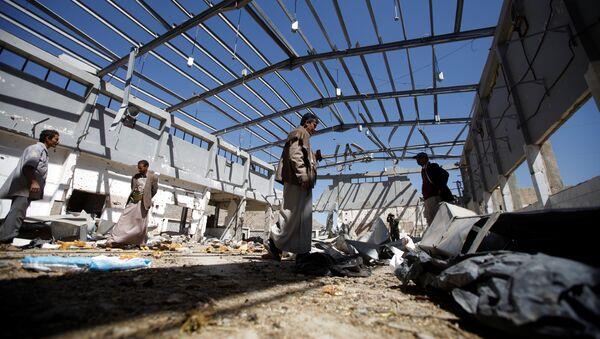 Una planta destruida en los bombardeos de la coalición liderada por Arabia Saudí - Sputnik Mundo