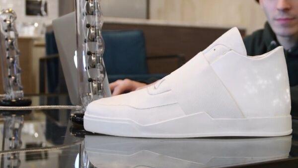 Un paso hacia el futuro: zapatos deportivos con pantalla incorporada - Sputnik Mundo