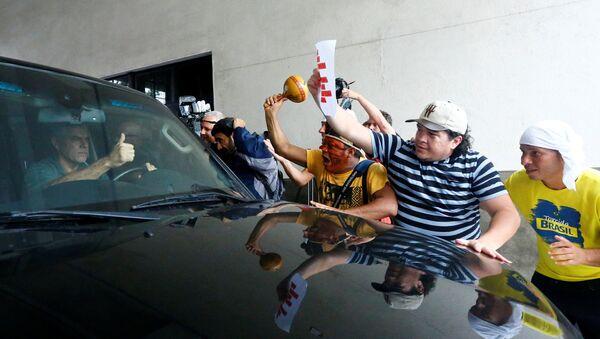 Manifestantes festejan la entrada del exgobernador de Río en la cárcel - Sputnik Mundo