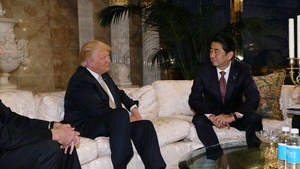 Donald Trump, presidente de EEUU, junto a Shinzo Abe, primer ministro de Japón - Sputnik Mundo