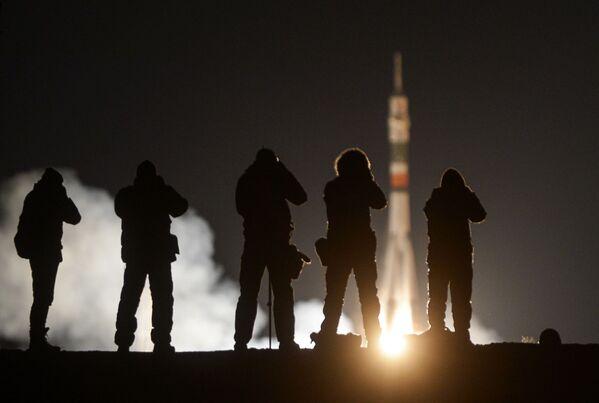 Hasta la vista, Tierra: el lanzamiento de la Soyuz con la nueva tripulación de la EEI - Sputnik Mundo