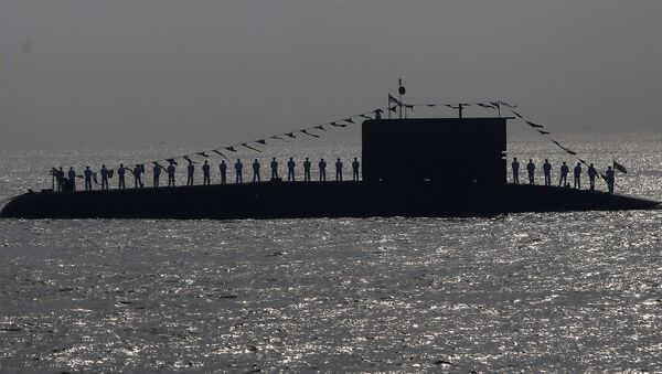 Indian Navy personnel stand on a submarine during the Presidents Fleet Review (PFR) in the Arabian Sea off the coast of Mumbai, India. (File) - Sputnik Mundo