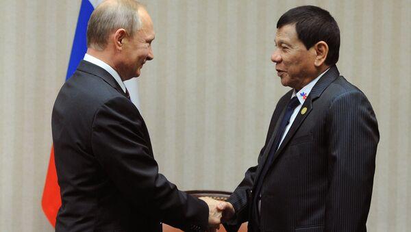 El presidente de Rusia, Vladímir Putin, y su homólogo filipino, Rodrigo Duterte, discutieron los temas bilaterales  - Sputnik Mundo