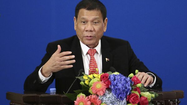 Philippine President Rodrigo Duterte delivers a speech during the Philippines-China Trade and Investment Forum at the Great Hall of the People in Beijing - Sputnik Mundo