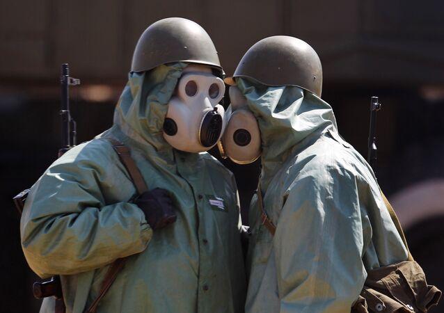 Hombres en trajes de protección química (imagen referencial)