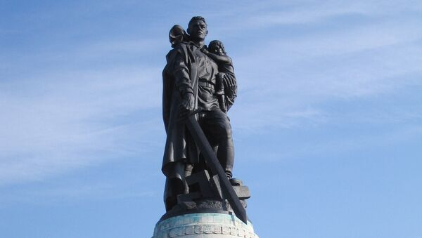 Monumento a los soldados soviéticos en Berlín, conocido como El Guerrero Libertador, que honra a todos los fallecidos en la lucha contra el nazismo - Sputnik Mundo