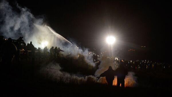 Policía usa cañones de agua contra los manifestantes en Dakota - Sputnik Mundo