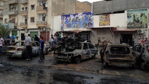 Los restos de la coche bomba que explotó cerca del hospital en Bengasi, Libia (archivo) - Sputnik Mundo