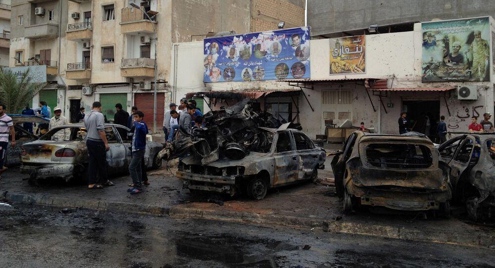 Los restos de la coche bomba que explotó cerca del hospital en Bengasi, Libia (archivo)