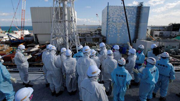 Members of the media receive briefing from Tokyo Electric Power Co. employees at tsunami-crippled Fukushima Daiichi nuclear power plant in Okuma town, Fukushima prefecture - Sputnik Mundo