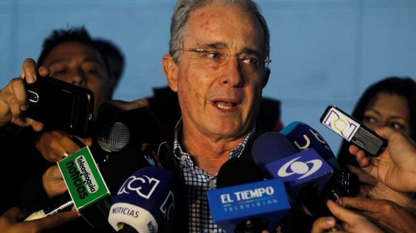 Colombian former president and Senator Alvaro Uribe talks to the media after a meeting with Colombia's President Santos at military air base in Rionegro, Colombia - Sputnik Mundo