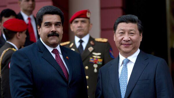 El presidente de China, Xi Jinping, a la derecha, estrecha la mano del presidente de Venezuela, Nicolás Maduro, a la izquierda (achivo) - Sputnik Mundo