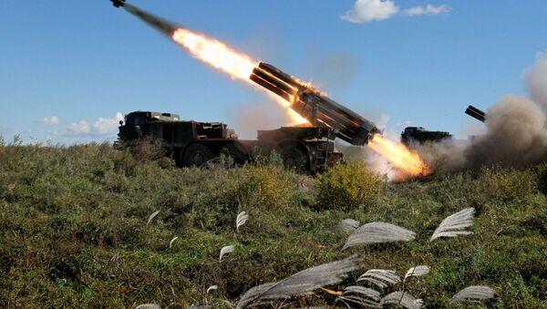 El sistema BM-27 Uragán, durante los ejercicios de las unidades de artillería del 5º Ejército de las Fuerzas Armadas rusas en la región de Primorie - Sputnik Mundo