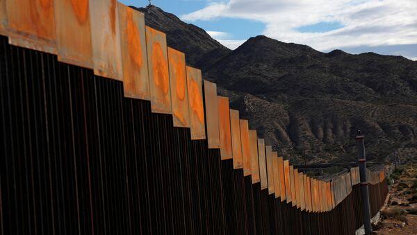 Una sección recién construida del muro en la frontera entre Estados Unidos y México - Sputnik Mundo
