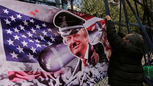 Pancarta con una imagen de Donald Trump (Archivo) - Sputnik Mundo