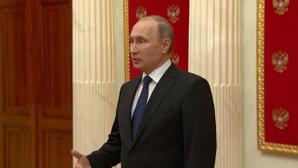 Putin tilda de degradación de la democracia la resolución contra medios rusos - Sputnik Mundo