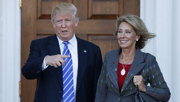 Donald Trump, presidente electo de EEUU, y Betsy DeVos, nueva secretaria de educación de EEUU - Sputnik Mundo