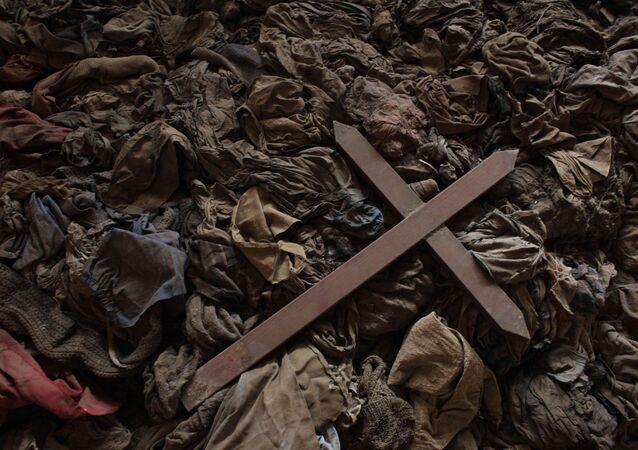 Cruz sobre la ropa de tutsis asesinados en una iglesia en Ruanda