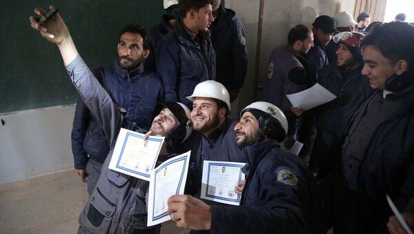 Los miembros de la Defensa Civil Siria, conocidos como los Cascos Blancos, toman un selfie con sus certificados - Sputnik Mundo