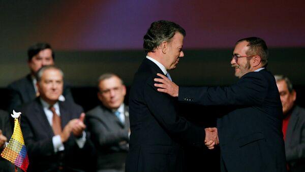 Presidente de Colombia, Juan Manuel Santos, y máximo líder de las FARC, Rodrigo Londoño Echeverri, alias 'Timochenko', firman el nuevo acuerdo de paz - Sputnik Mundo