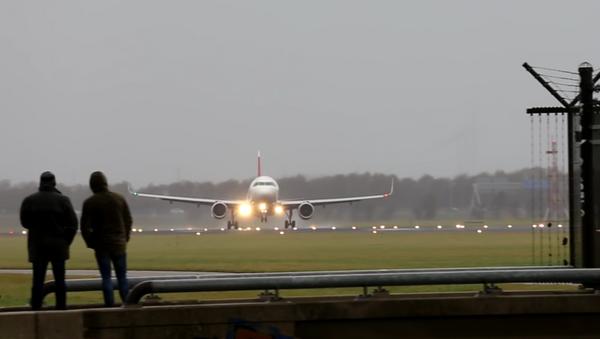 Vídeo: abortan un aterrizaje en el último momento por el fuerte viento - Sputnik Mundo
